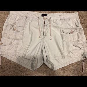 Adorable beige cargo shorts!